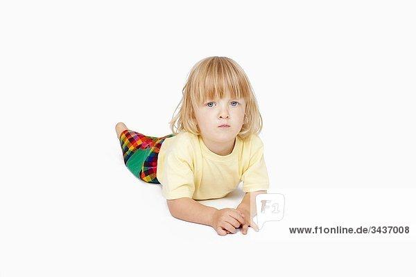 Boy mit langen blonden Haaren hinlegen  Blick in die Kamera - Schneidepfad