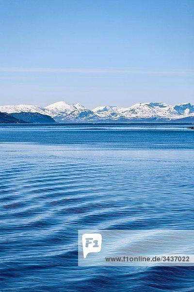 Ansicht des der norwegischer Fjord-Landschaft  mit Wellenmuster auf dem Meer. Norwegen