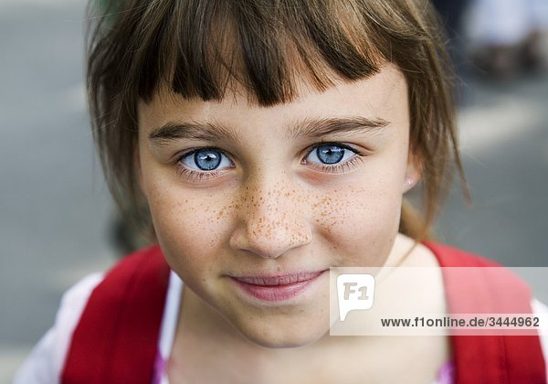 Mädchenbildnis mit großen blauen Augen und Sommersprossen  Schweden.