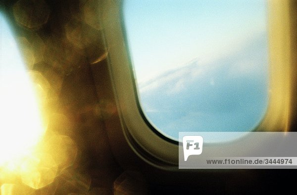 Ein Fenster in einem Flugzeug.