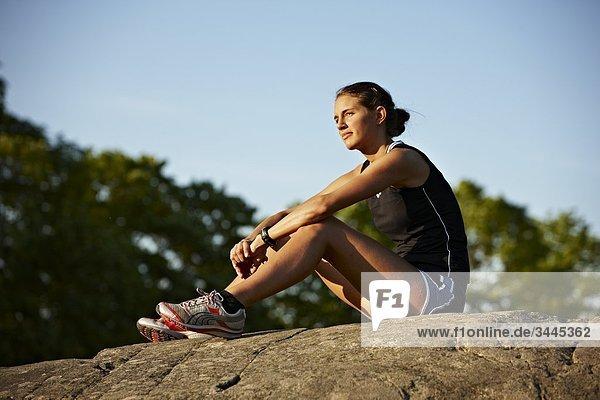 Junge weibliche Runner entspannend  Schweden.