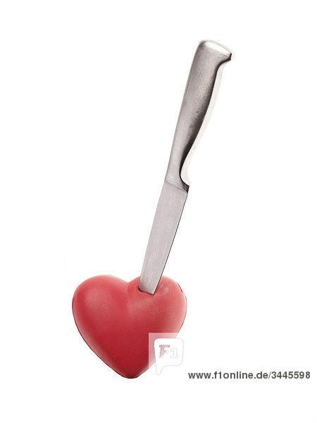 Messer in einem roten Herz.