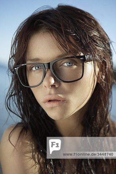 Junge Frau an einem Strand  Schweden.