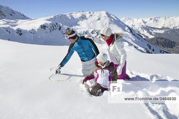 Glückliche Familie im Schnee