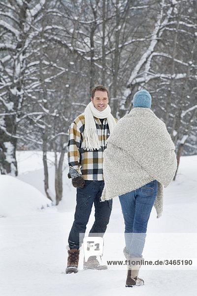 Junges Paar beim Wandern im Schnee