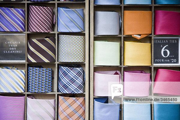 Krawatten in einem Shop-Display angeordnet