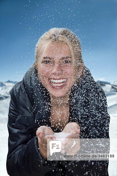 Junge Frau mit Schneeflocken