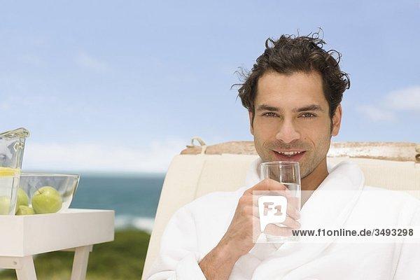 Mann entspannt sich am Strand