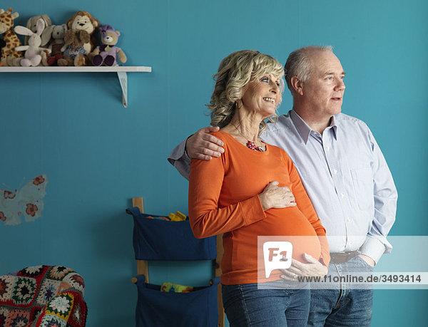 Schwangere ältere Frau mit männlichem Partner
