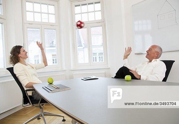 Geschäftsleute entspannen sich in der Pause