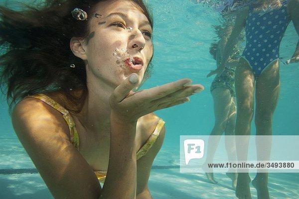 Mädchen beim Küssen  Unterwasseraufnahme