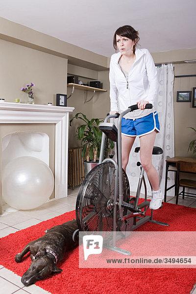 Junge Frau auf dem Heimtrainer