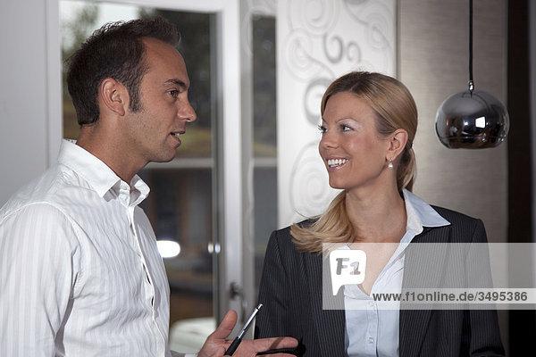 Geschäftsfrau und Geschäftsmann unterhalten sich