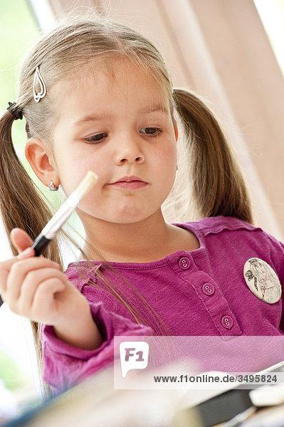 Mädchen mit Pinsel in der Hand  Flachwinkelansicht