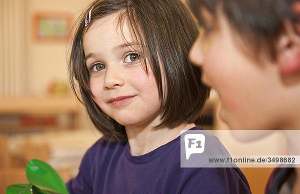 Mädchen und Junge in einem Kindergarten