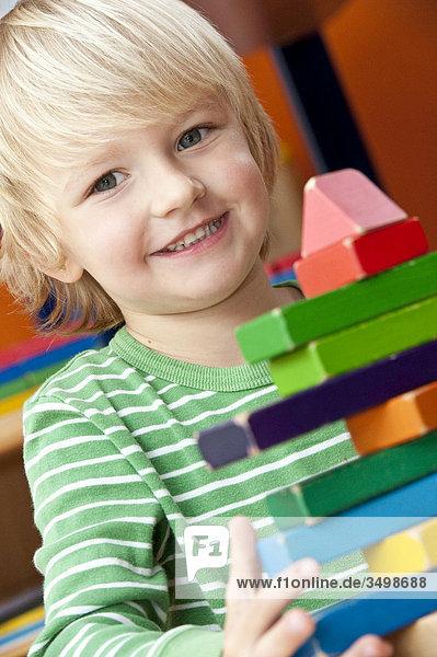Junge spielt mit Bauklötzchen  Porträt