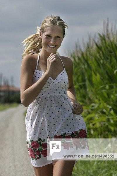 Junge Frau im weißen Kleid Außenaufnahme ausgeführt