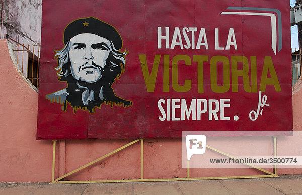 Rote Tafel zeigt Che Guevara  Cardenas  Kuba