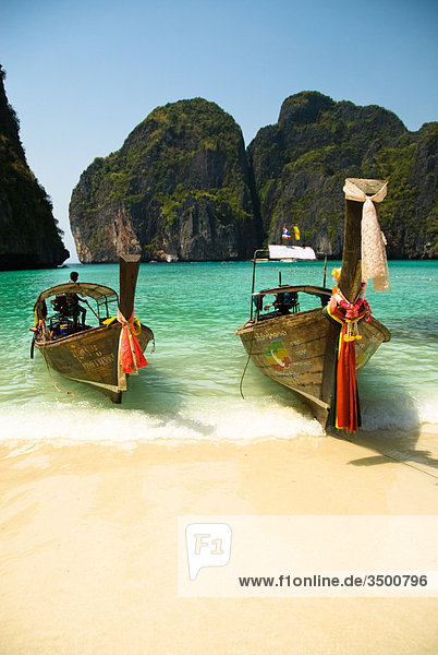 Longtailboote am Strand  Ko Phi Phi  Thailand