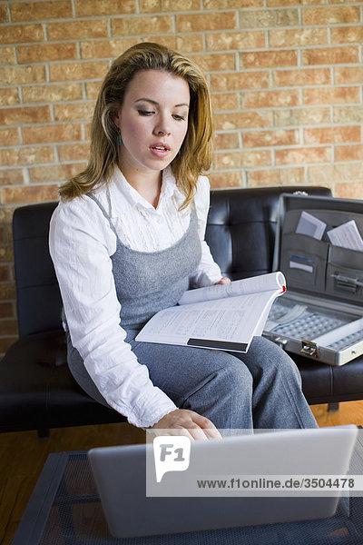 Frau mit Laptop im Bereich Office Rezeption  Bradford  Ontario