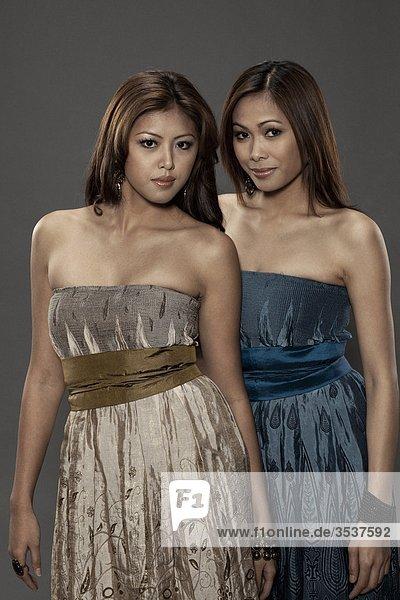 Zwei Frauen tragen Abendkleid  stehend  portrait
