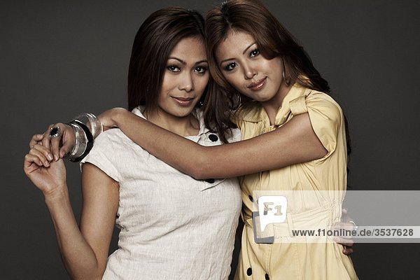Zwei Frauen umarmen  Lächeln