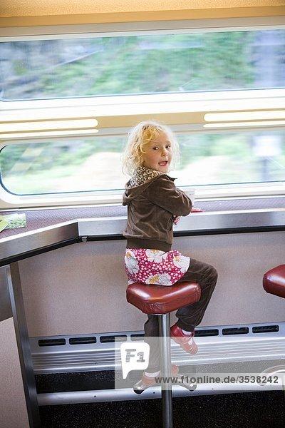 Mädchen sitzen in Zug