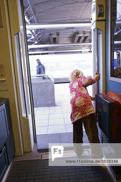 Mädchen schlech Out aus Zug