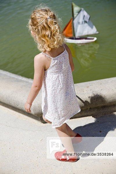 Mädchen entlang Kanal