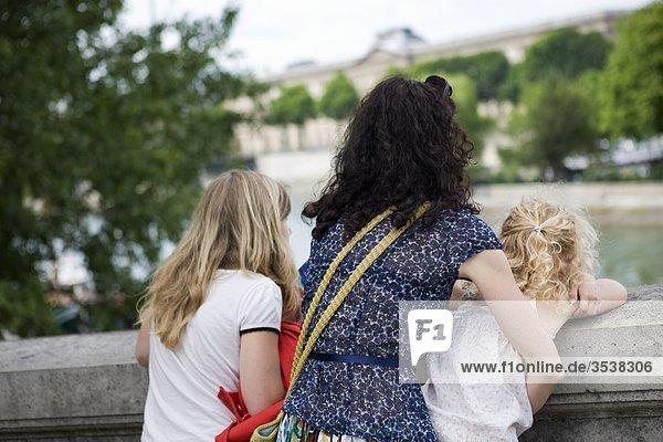 Familie betrachten river