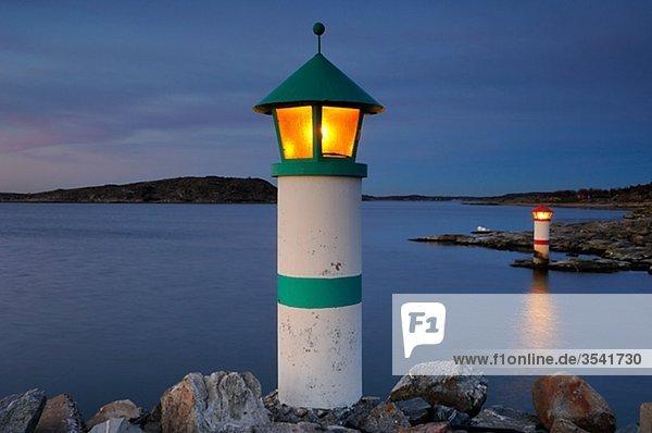 Skandinavien  Schweden  Vastkusten  Ansicht von beleuchteten Leuchtturm am Meer