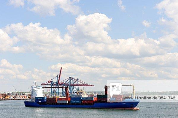 Skandinavien  Schweden  Göteborg  Cargo Schiff im Meer