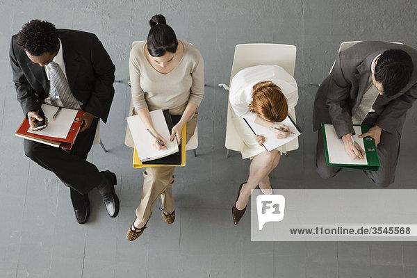 Profis  die sich während des Meetings Notizen machen