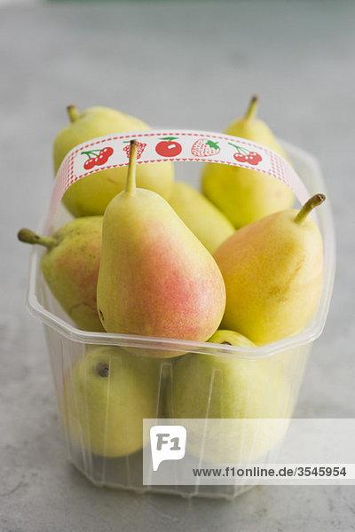 Birnen im Kunststoffbehälter