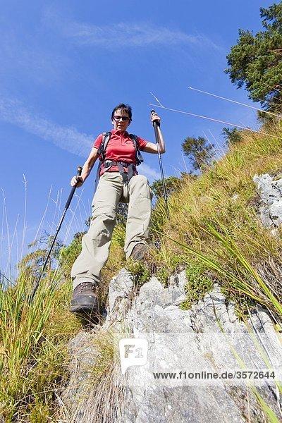 Frau wandert am Untersberg  Bayern  Deutschland