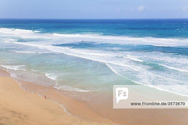 Frau geht am Strand spazieren  Jandia  Fuerteventura  Spanien
