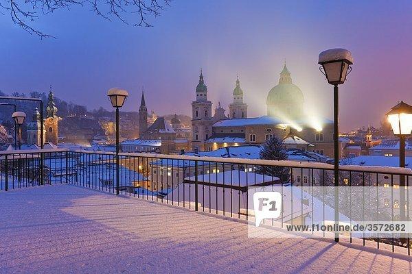 Altstadt mit Dom im Winter  Salzburg  Österreich