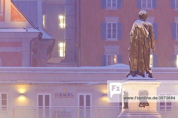 Mozartstatue auf dem Mozartplatz  Salzburg  Österreich
