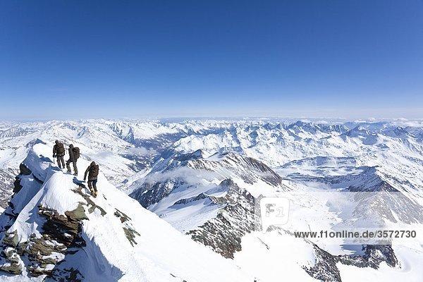 Drei Bergsteiger beim Abstieg vom Großglockner  Österreich