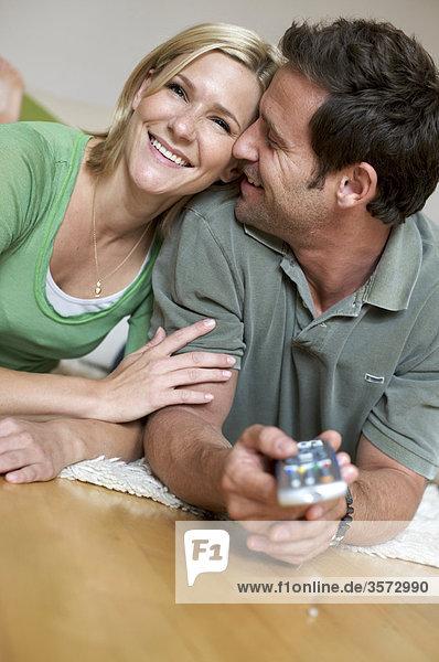 Paar schaut zuhause fernsehen