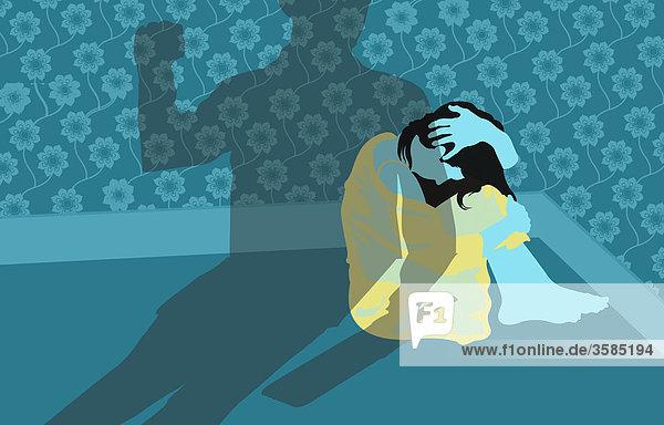 Frau kauert in einer Ecke mit Schatten eines gewalttätigen Mannes