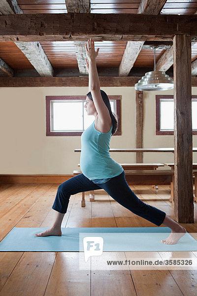 Pregnant Frau macht yoga