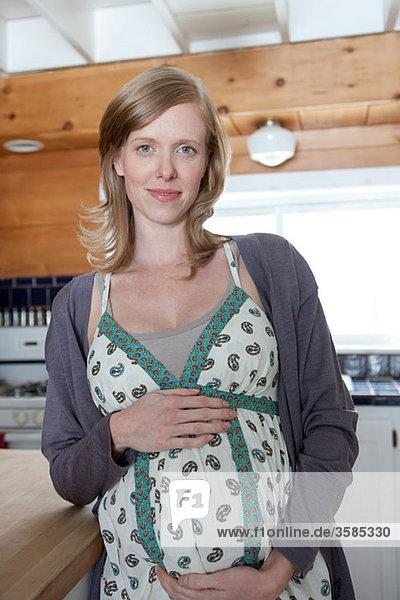 Schwangere in der Küche