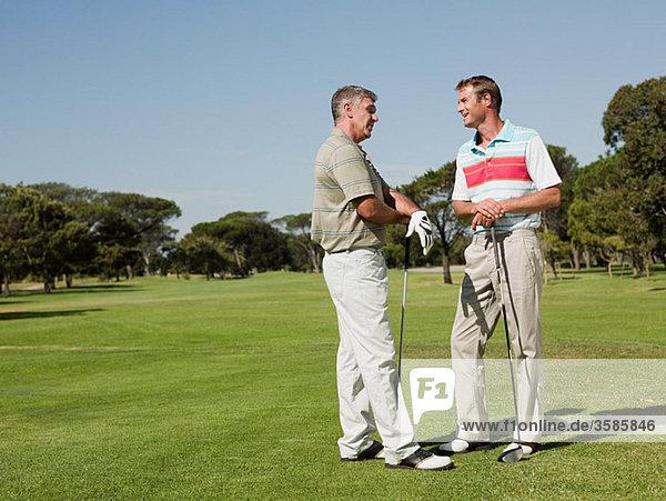 Zwei ältere Männer spielen Golf zusammen