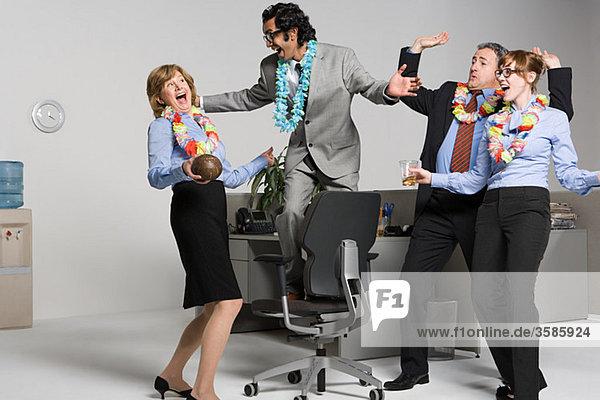 Geschäftsleute genießen die Betriebsfeier