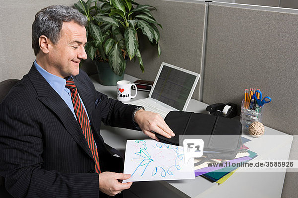 Geschäftsmann mit Gekritzel am Schreibtisch