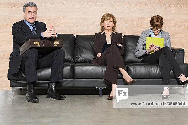 Geschäftsleute warten auf ein Vorstellungsgespräch