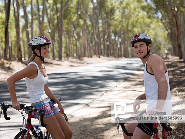 Junges paar Radfahren im Wald