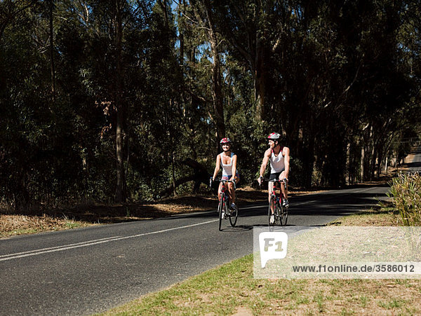 Junges paar Radfahren auf Straße