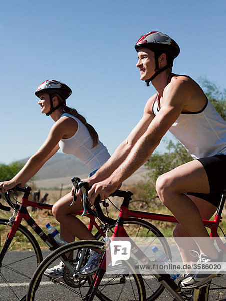 Junges Paar beim Radfahren auf der Straße